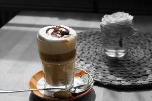 Foto eines Glas' mit einem Eiskaffee