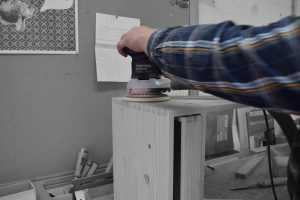 Foto eines Arbeitsvorgangs in der Holzwerkstatt