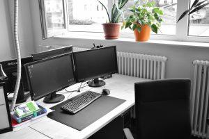 Foto eines Arbeitsplatzes in der Informatik